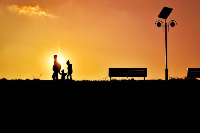image représentant une famille en harmonique qui marche